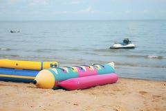 在海滩的香蕉船 免版税库存照片