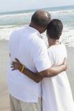 在海滩的高级非洲裔美国人的夫妇 免版税库存照片