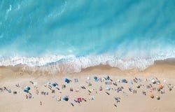 在海滩的鸟瞰图 绿松石从顶视图的水背景 从空气的夏天海景 免版税图库摄影