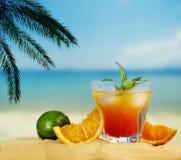 在海滩的鸡尾酒 免版税库存照片