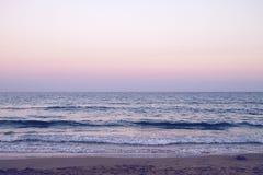在海滩的黄昏 免版税库存照片