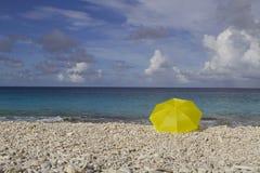 在海滩的黄色伞 免版税图库摄影