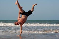 在海滩的Capoeira培训 免版税库存照片