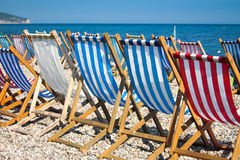 在海滩的Colorurful sunbeds 免版税库存照片