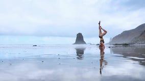 在海滩的Headstand 股票录像
