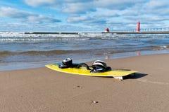 在海滩的Kiteboard 免版税库存图片