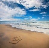 在海滩的Om符号 免版税图库摄影