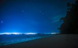 在海滩的Startrails在酸值姚・亚伊,泰国 库存图片