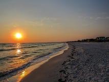 在海滩的Suncet在佛罗里达狭长的土地 免版税库存照片