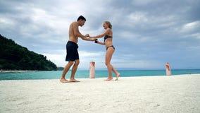 在海滩码头微笑的夫妇舞蹈 免版税库存照片