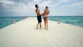 在海滩码头微笑的夫妇舞蹈 免版税库存图片
