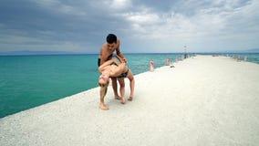 在海滩码头的愉快的浪漫夫妇舞蹈 免版税库存图片