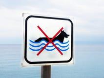 在海滩符号不允许的狗(2) 库存图片