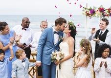在海滩结婚的白种人夫妇 库存图片