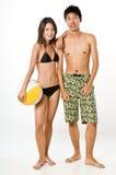 在海滩装的夫妇 库存照片