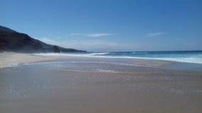在海滩透明的水的晴天 免版税库存图片