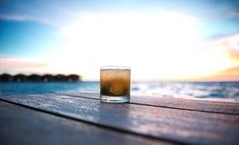 在海滩酒吧的鸡尾酒 免版税库存照片