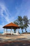 在海滩附近的公共亭子 免版税库存图片