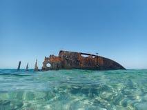 在海滩附近的凹下去的船 库存图片