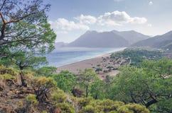 在海滩附近的绿松石水在土耳其手段, Chirali,土耳其 库存照片