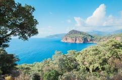 在海滩附近的绿松石水在土耳其手段, Chirali,土耳其 免版税库存图片