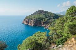 在海滩附近的绿松石水在土耳其手段, Chirali,土耳其 库存图片