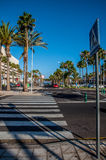 在海滩附近的行人交叉路在Tenerife 免版税库存照片