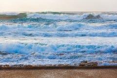 在海滩附近的风大浪急的海面 免版税库存照片