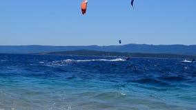 在海滩附近的Kitesurfers 股票录像