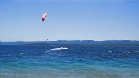 在海滩附近的Kitesurfers 股票视频