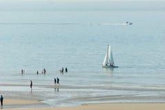 在海滩附近的Sailingboat 库存照片