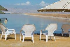 在海滩,世界的最低的咸湖的椅子在海平面下 库存照片