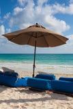 在海滩,墨西哥的豪华蓝色海滩睡椅 库存图片