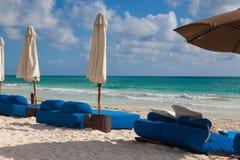 在海滩,墨西哥的豪华蓝色海滩睡椅 免版税库存图片