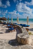 在海滩,墨西哥的豪华蓝色海滩睡椅 图库摄影