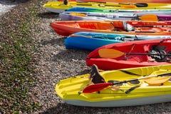 在海滩,夏天的许多色的皮船 库存图片