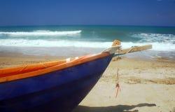 在海滩, Corfu海岛的小船 免版税库存照片