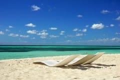 在海滩, Cozumel,墨西哥的椅子 库存照片