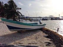 在海滩Caye填缝隙工的另一条小船 库存照片