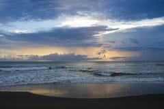 在海滩Puerto Viejo哥斯达黎加的日出 库存图片