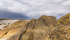 在海滩Sennen小海湾的岩石 免版税库存照片