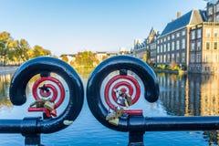 在海牙的binnenhof hofvijver附近的爱锁 图库摄影