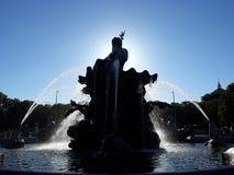 在海王星喷泉的可爱的步行在亚历山大广场的 免版税库存照片