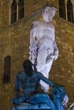 在海王星喷泉雕塑晚上关闭  免版税库存照片