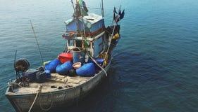 在海的一个老渔船 图库摄影