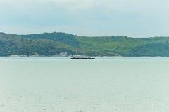 在海的一只货船 库存图片