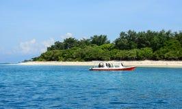 在海的一条小船在Gili空气海岛,印度尼西亚 免版税库存照片