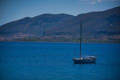 在海的一条小船在Monemvassia 免版税库存图片