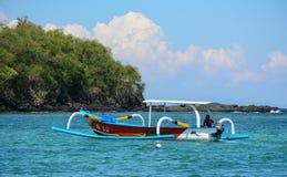 在海的一条小船Gili空气海岛的在龙目岛,印度尼西亚 库存图片