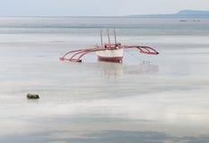 在海的一条木小船在Bangbao,菲律宾 库存图片